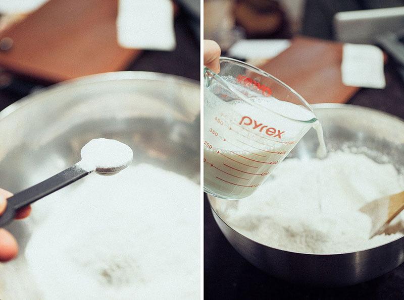 Izmešajte zasebno suve i tečne sastojke, a potom ih sjedinite.