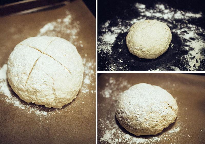 Umesite, uobličite kuglu u deblji disk, urežite X na vrhu oštrim nožem i pospite sa malo brašna.